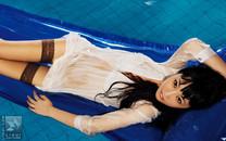 泳池边上的长腿美女写真高清壁纸