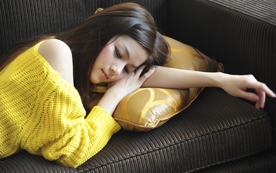 偷拍黄色电脑_电脑壁纸 清纯美女壁纸 黄色衣服美女桌面壁纸下载