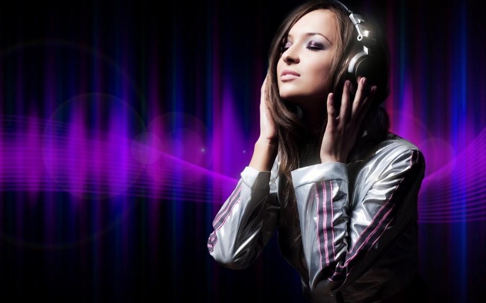 美女倾听音乐电脑桌面壁纸
