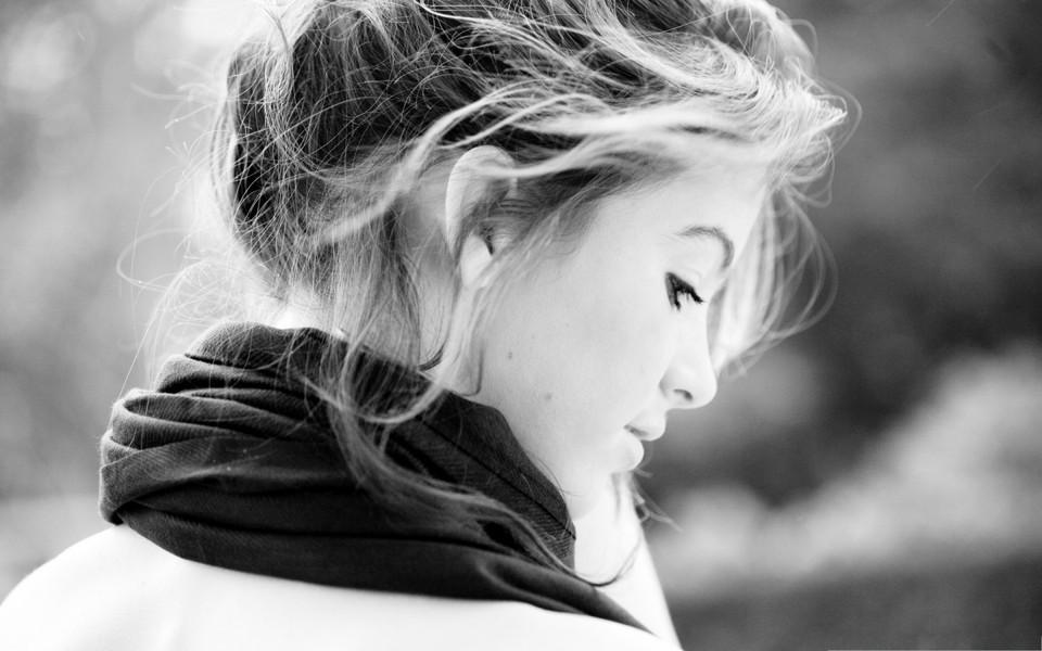 灰色背景美女图片