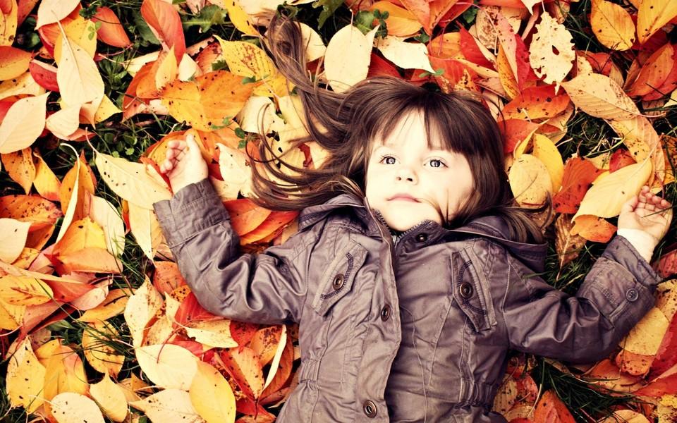 笔记本壁纸 可爱宝宝壁纸 秋天落叶与孩子桌面壁纸下载   (4/16) 小