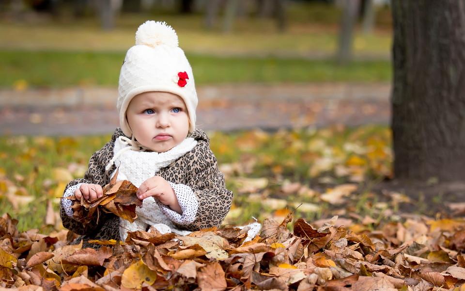 电脑壁纸 可爱宝宝壁纸 秋天落叶与孩子桌面壁纸下载   (13/16) 小